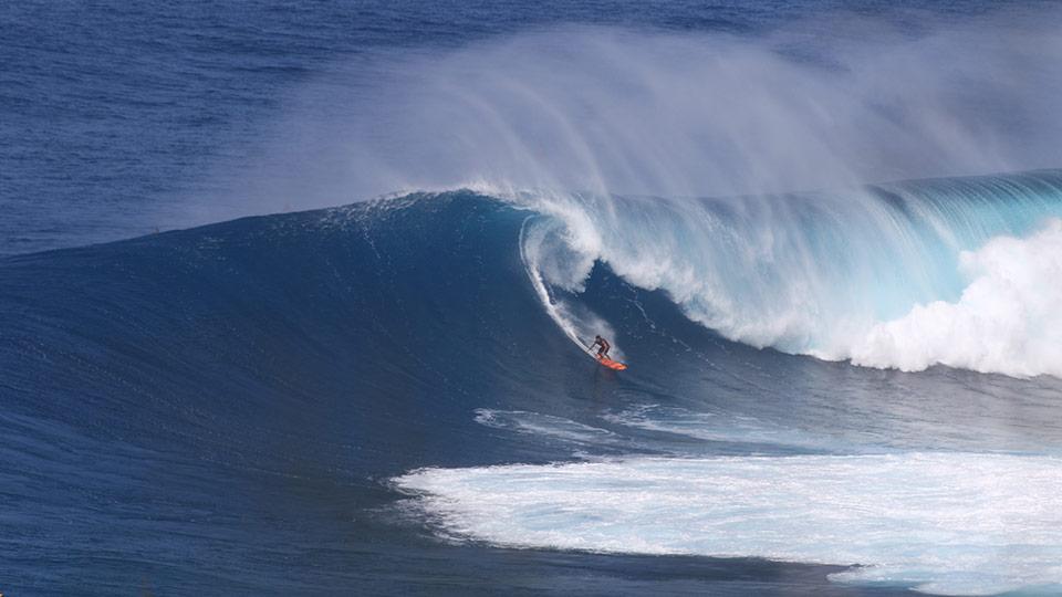 Surfing Maui Peahi Jaws